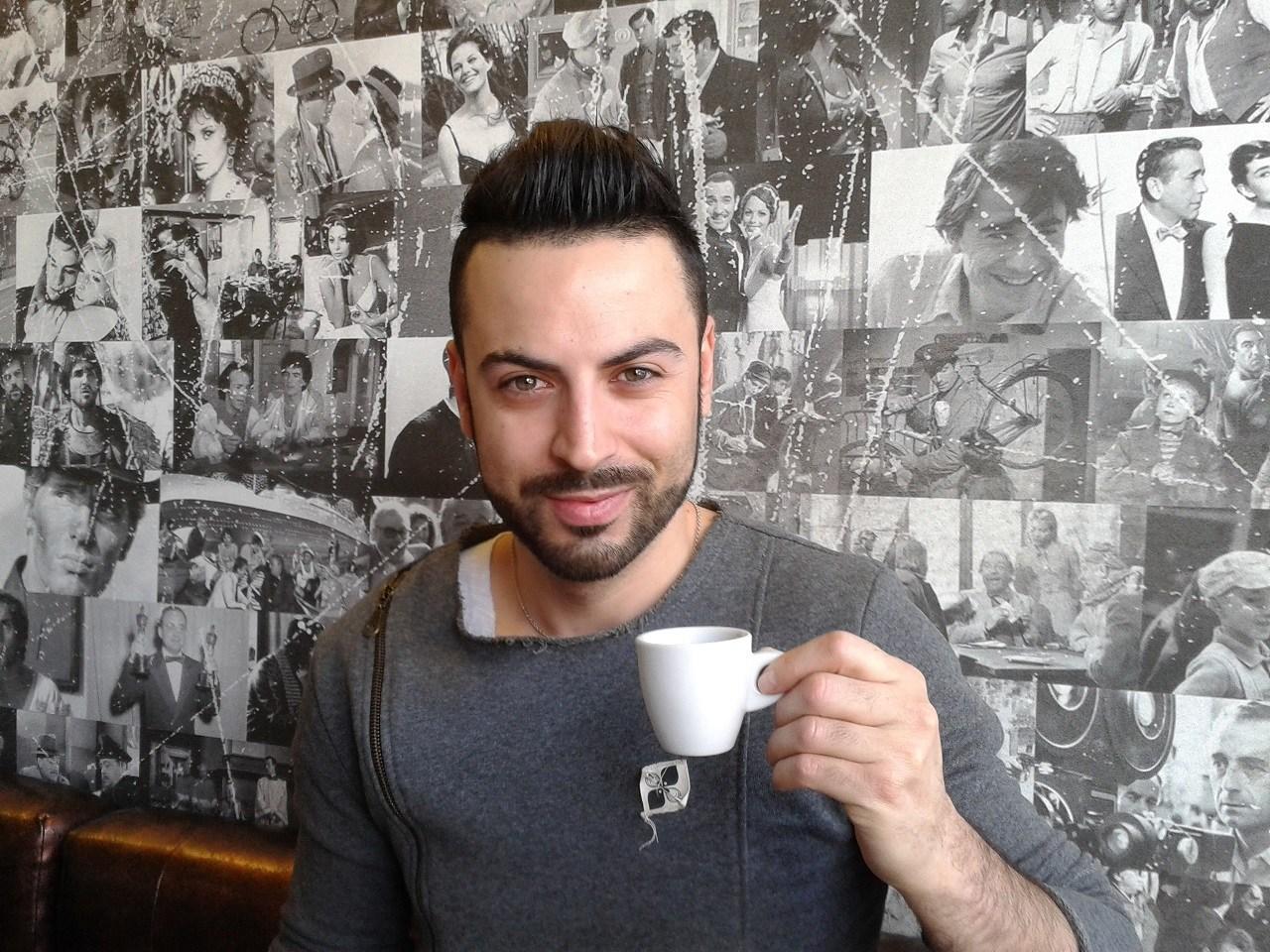 (Italiano) Il presentatore Anthony Peth: «Quando vado in vacanza vengo in Sardegna»